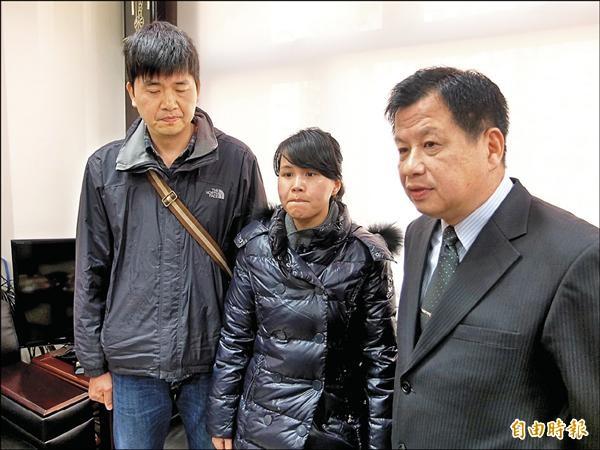 中國乘客陳仁泰的女兒陳斯斯(中)昨到新北市消防局感謝搜難人員協助,副局長陳崇岳(右)請她節哀。 (記者吳仁捷攝)