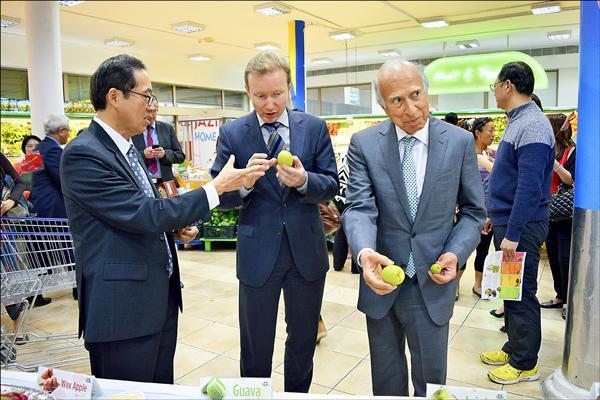 巴林超市Al Jazira管理人員試吃高雄蜜棗,驚呼多汁且果肉細緻。(圖片由市府提供)