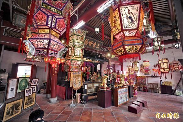 大型宮燈高掛鄭成功家廟,增添年節氣氛。(記者黃文鍠攝)