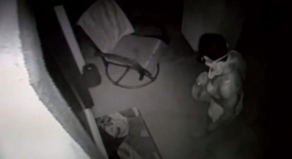 美國加州內衣大盜在全裸偷完衣服後,把裙子跟胸罩穿在身上。(圖擷取自YouTube)
