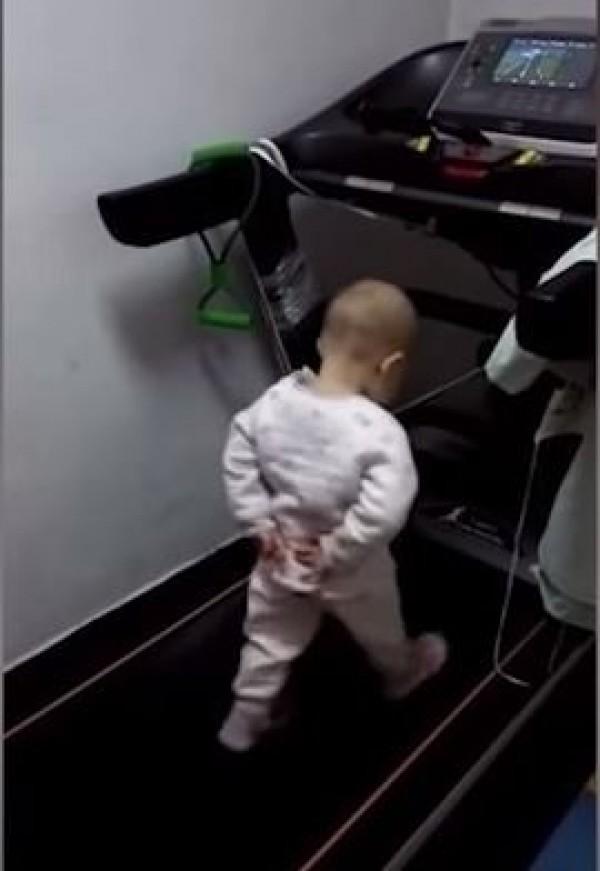 僅1歲半的幼兒在跑步機上運動的影片,在網路被分享後引起熱議。(圖擷取自YouTube)