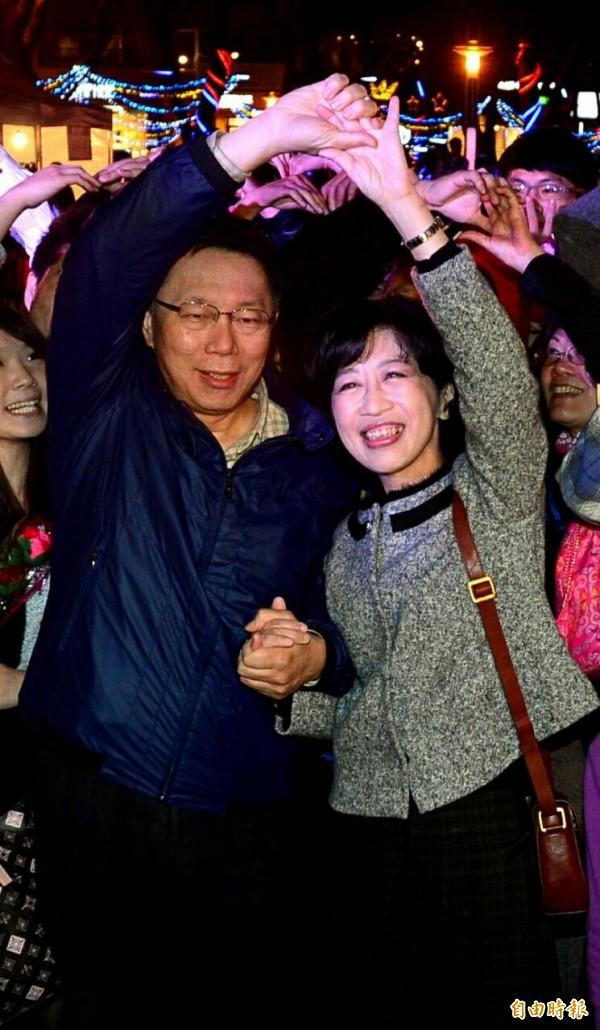 台北市長柯文哲與夫人陳佩琪結伴出席2015年台北燈節啟動儀式,並高調放閃,與百位情侶一同做出愛心手勢,甜蜜模樣羨煞旁人。(記者王藝菘攝)
