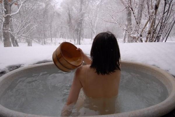 日本男子疑扮女裝闖溫泉的女性脫衣間。(情境照)