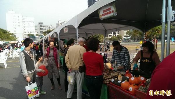 市府農業局今推出農特產展售會,吸引大批人潮採購。(記者陳文嬋攝)