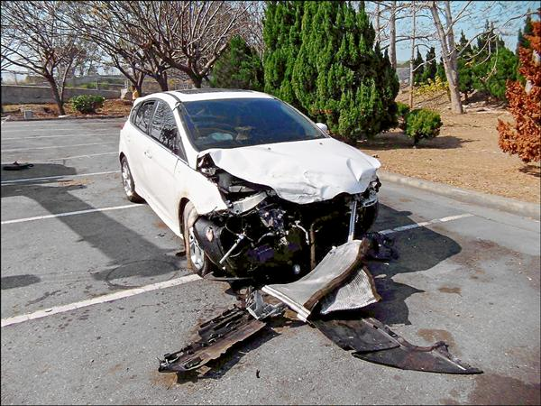 白色小客車被藍寶堅尼擦撞,車頭也毀了。 (記者歐素美翻攝)