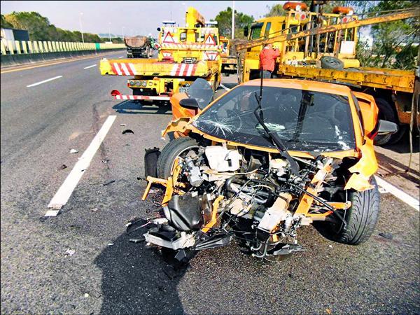 藍寶堅尼車頭近全毀,車商初估修車費至少需200到300萬元。(記者歐素美翻攝)