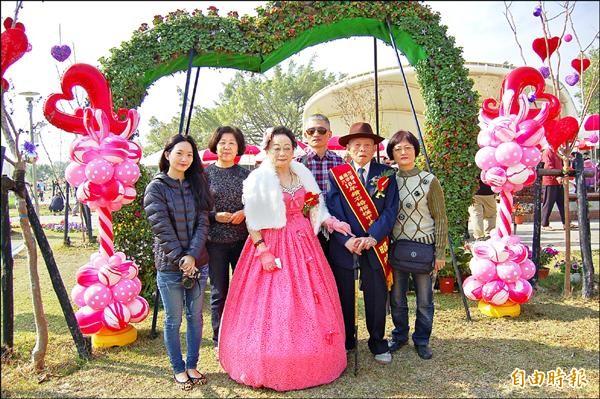 鑽石婚楷模陳昭待(右二)和陳楊玉英(左三)第一次穿上西裝和新娘婚紗,在家人陪同下拍婚紗團圓照,格外開心。(記者楊金城攝)