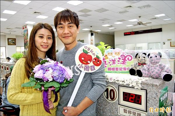新人陳彥賓(右)和林育琦(左)選在昨天情人節到新營戶政所辦理結婚登記,特別幸福甜蜜。(記者楊金城攝)