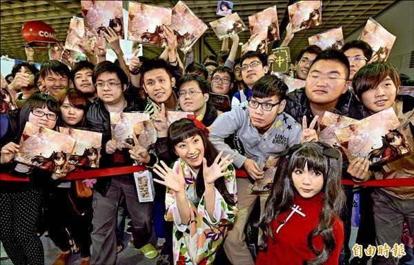 日本動畫聲優植田佳奈(前排左)14日出席台北國際動漫節的簽名會並與粉絲合影。(記者叢昌瑾攝)