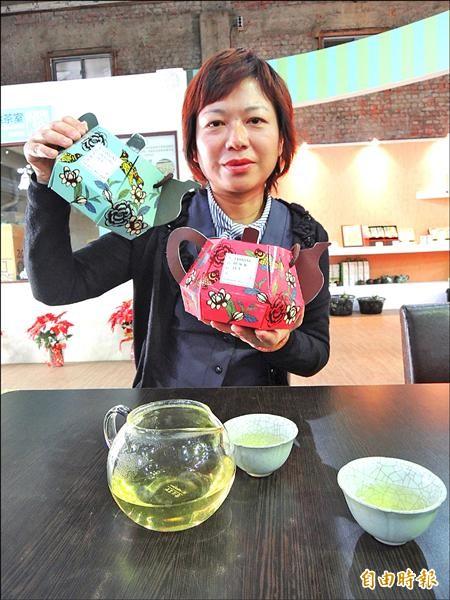 花壇鄉農會生產的「茉莉烏龍」(左)及「茉莉紅茶」(右),外包裝奪下聞名世界的德國iF設計獎。(記者吳為恭攝)