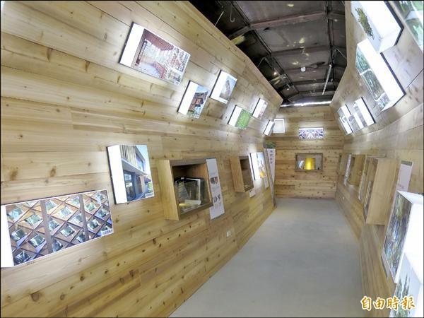 利用檜木打造的文史廊道展示區,走進其中可聞到淡雅的檜木香。(記者劉濱銓攝)