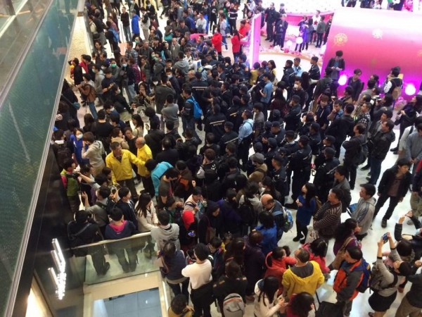 今天有香港網友發起至沙田「購物」行動,要求港府取消中國客自由行「一簽多行」和杜絕走私。(圖片擷取自「香港獨立媒體網」臉書頁面)