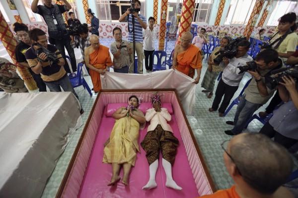 泰國某地區的寺廟在情人節當天,幫10對愛侶舉辦了一場相當特別的「棺材婚禮」。(路透)