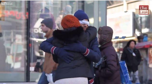 一名穆斯林男子站在多倫多的街頭,希望路人願意給他擁抱。(圖翻攝自Youtube)