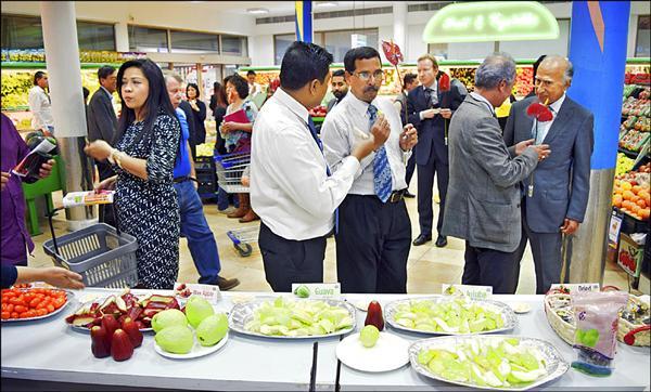 市府農業局前往巴林促銷農特產品,並且在超市舉辦水果試吃會,沒想到大受歡迎,二個多小時就被搶購一空。(圖由農業局提供)