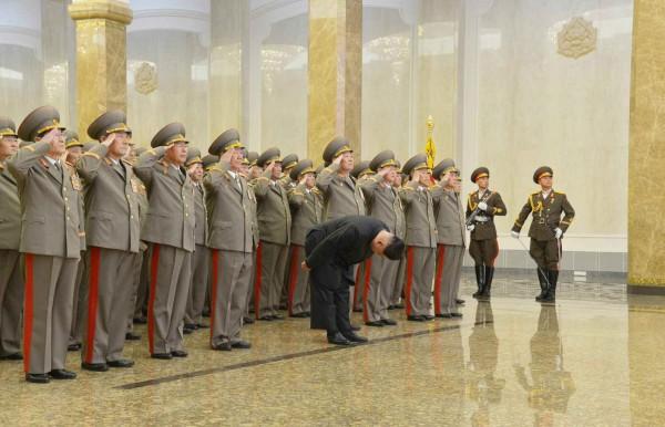 金正日今天73歲冥誕,金正恩率領國家重要官員陪同,向金正日遺體的水晶棺鞠躬。(法新社)