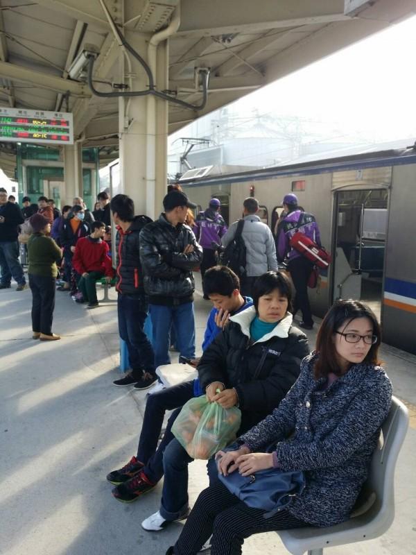 台鐵昨傳區間車司機因與列車長口角身體不適送醫,造成全車乘客下車改搭下班車,延誤20多分鐘,台鐵今宣布兩人停職靜候調查。(翻攝網路)