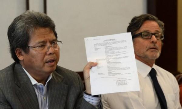 兩人辯護律師路比斯(Todung Mulya Lubis)拿出疑似印尼法官賄賂的證據。(法新社)