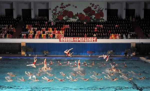 平壤游泳隊表演水上特技,記念金正日冥誕。(歐新社)