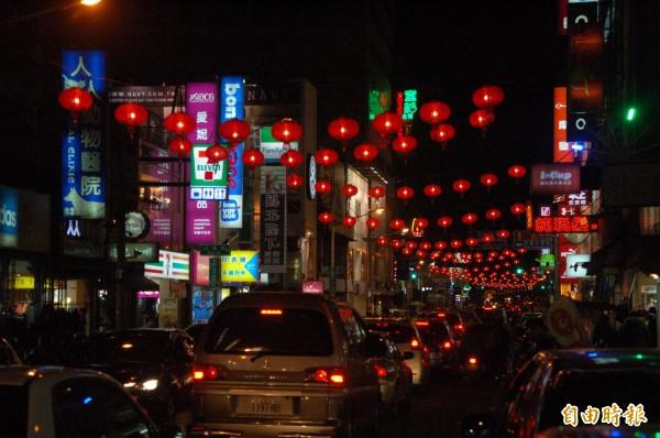 春節六天連續假期即將登場,花蓮地區估計會湧入60萬名觀光客,大批車輛將把市區塞爆。(記者王錦義攝)