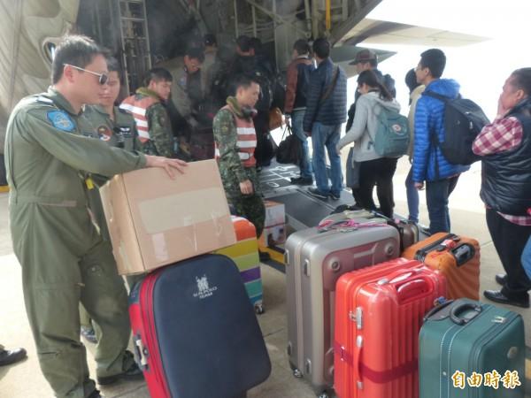 國軍弟兄協助金門旅客搭機赴台。(記者吳正庭攝)