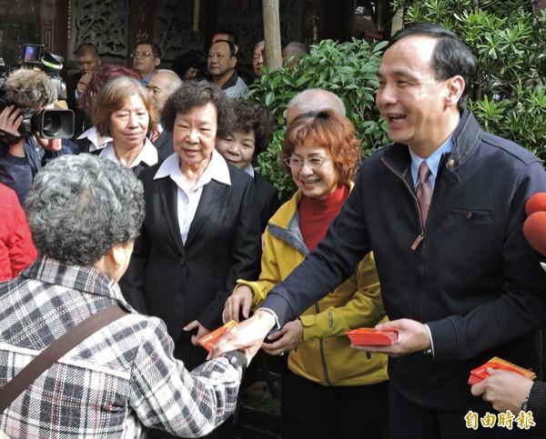 國民黨主席朱立倫昨天發送福袋紅包給民眾。朱在受訪時指出,曾拜訪親民黨主席宋楚瑜及前總統李登輝,向前輩請益,是好的事情。(記者賴筱桐攝)