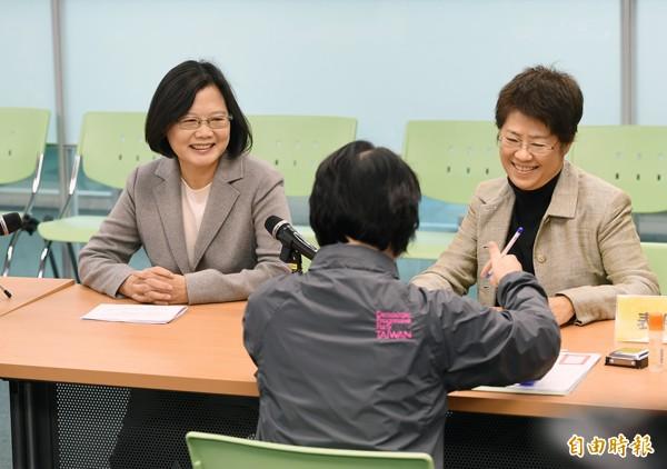 民進黨主席蔡英文(左)15日由「小英基金會」執行長張振亞(右)陪同,完成民進黨總統初選登記。(資料照,記者羅沛德攝)