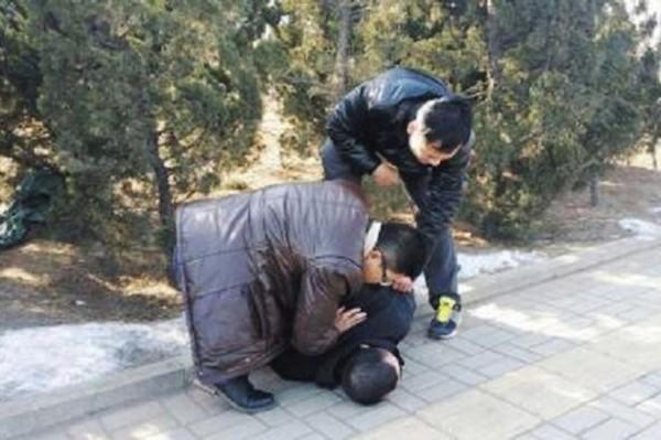 中國遼寧男子強擄路人當老婆,隨後被便衣警察在路上逮捕。(圖擷取自《鏡報》)