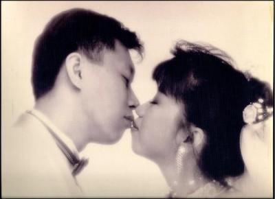 陳佩琪在臉書放上與柯文哲親親的婚紗照放閃。(圖擷取自陳佩琪臉書)