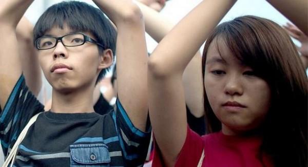 佔中領袖之一的黃之鋒(左)女友錢詩文(右),到雲南探親時,遭到當地武警軟禁,今早被遣返回香港。(圖擷取自BBC中文網)