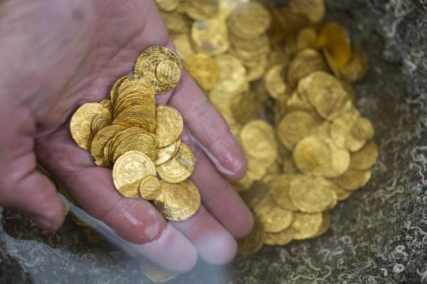 以色列一群愛好潛水的人員日前在地中海附近發現擁有千年歷史的2000多枚古代金幣。(法新社)