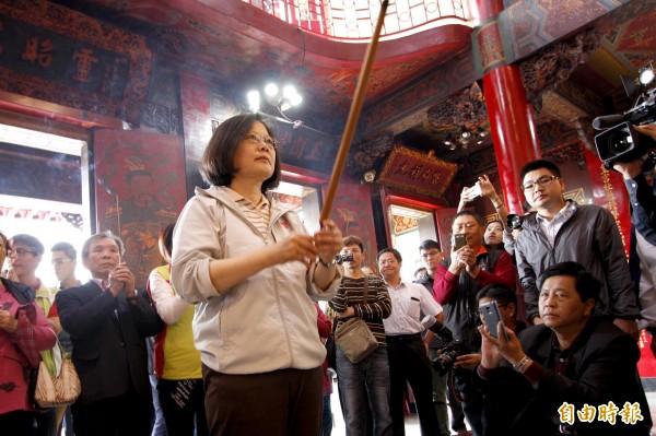 蔡英文今天上午接連前往屏東慈鳳宮、玉皇宮參拜,她說,「除了希望有神明的庇佑,我們也要更加努力!」。(記者邱芷柔攝)