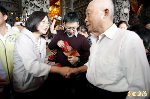 民眾領紅包,熱情直說「總統好!」(記者邱芷柔攝)