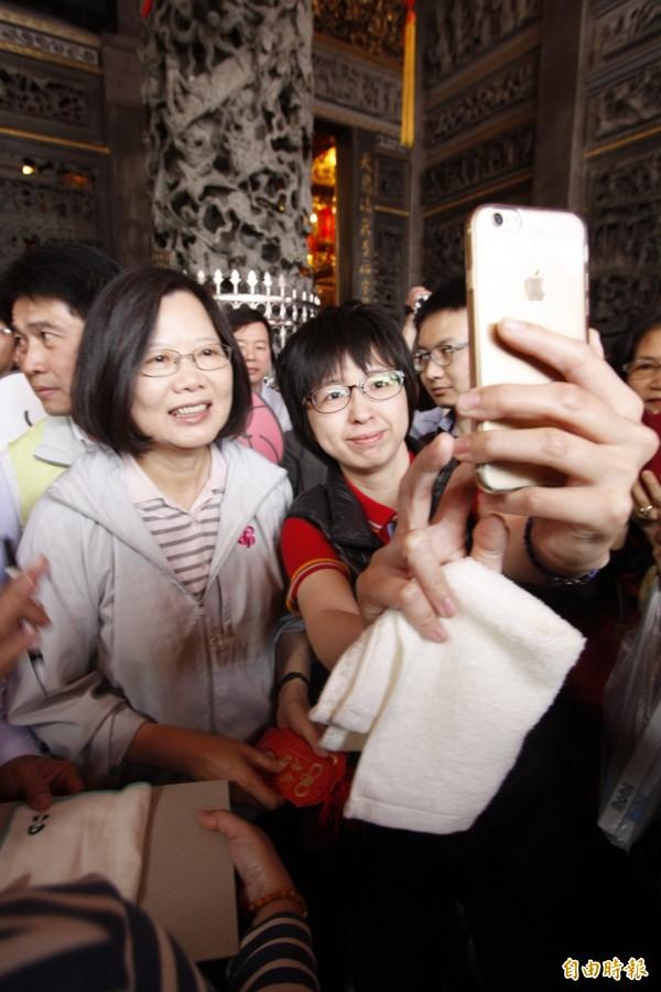 民進黨主席蔡英文今天上午回到故鄉屏東發紅包,民眾爭相合影。(記者邱芷柔攝)