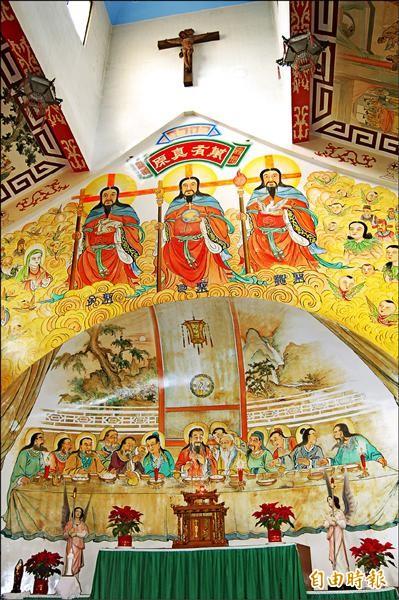 祭天殿內祭台上方的天主聖三圖。(記者楊金城攝)