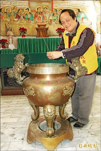 鹽水天主堂真的有香爐可上香。。 (記者楊金城攝)