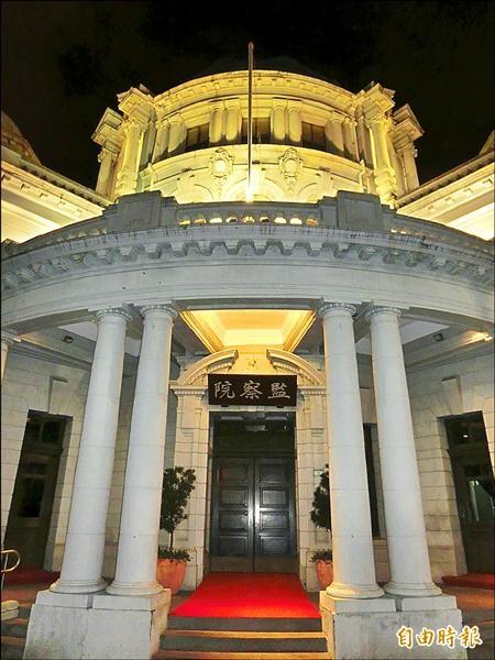 監察院長張博雅指示監院夜間點燈,讓這座百年古蹟在夜晚更增添美感。(記者李欣芳攝)