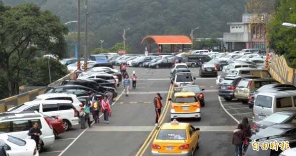 新北市中和烘爐地香火旺盛,大年初四湧現大批求財信眾,上山車輛排隊等著進入停車場。(記者陳韋宗攝)