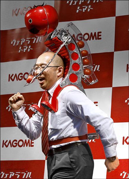 穿戴式番茄餵食機器人TOMATAN重8公斤,可以裝載7顆中型番茄,該公司宣稱只要按一下鈕就可以把番茄送到跑者的嘴前,補充長跑所需的營養(路透)。