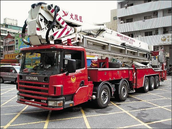 新北市消防局出動全台最高雲梯車「火鳳凰」協助救援。(記者吳昇儒翻攝)