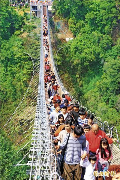 天空之橋限一百五十人通行,昨日舉辦大型宗教活動,過橋人數驟增。(記者佟振國攝)