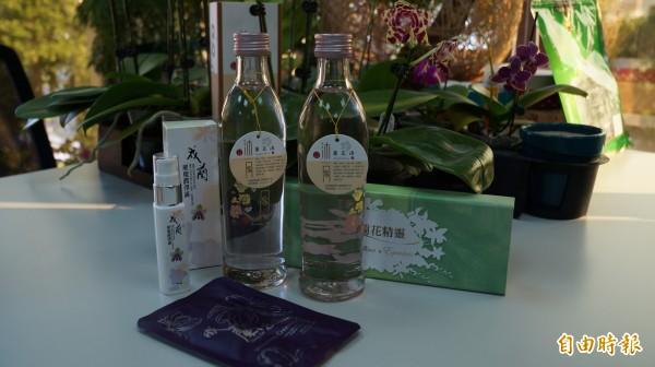 成大首創將蘭花入酒,推出「沐月蘭花酒」產品。(記者黃欣柏攝)