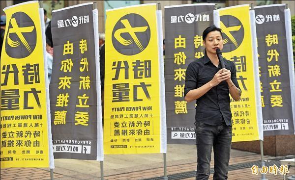 新政黨「時代力量」昨天於台北車站宣講,閃靈樂團主唱Freddy(林昶佐)向民眾訴求政改理念。(記者羅沛德攝)