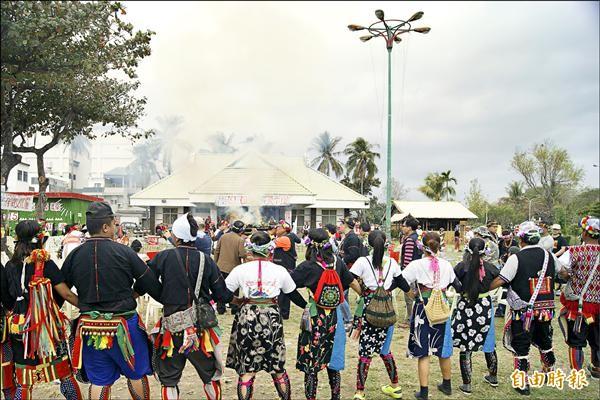包括卑南族、布農族、排灣族等族群,昨日上午齊聚卑南族巴布麓部落,為捍衛文化權,透過施放狼煙向世界發聲。(記者王秀亭攝)