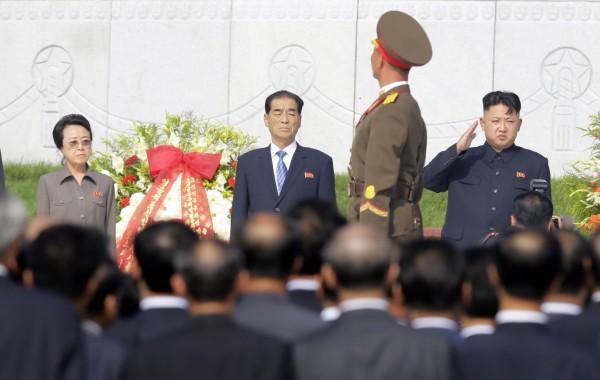 外傳金敬姬(左一)在丈夫張成澤遭到處決後已服毒死亡,不過此消息被南韓情報局否認。(路透)