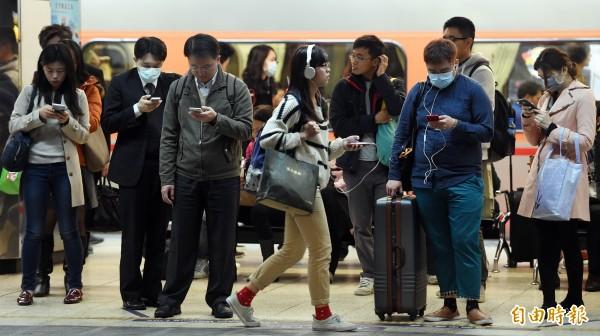 NCC也呼籲,國人使用30分鐘手機、平板請休息10分鐘;2歲以下幼兒不看螢幕,2歲以上每天看螢幕不要超過1小時。(資料照,記者廖振輝攝)