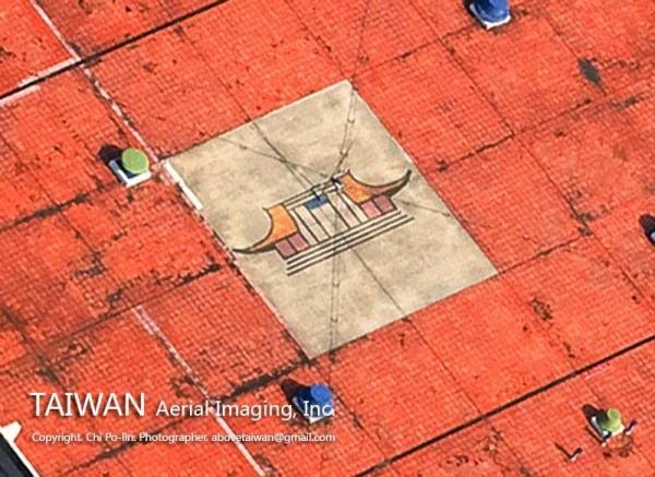 對於國父紀念館屋頂的方塊,齊柏林將照片放大後發現是國父紀念館正面的立面圖。(照片擷取自「齊柏林的飛閱台灣」臉書專頁; 空中攝影/齊柏林 圖片版權/台灣阿布電影股份有限公司)