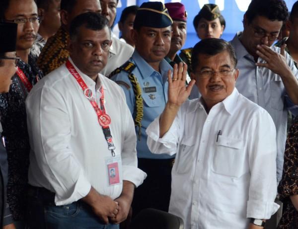 澳洲、印尼為了死刑犯爭議掀起論戰,印尼副總統卡拉(圖前排右)表示,已準備退還澳洲在海嘯中捐助的1億美元捐款。(美聯社)