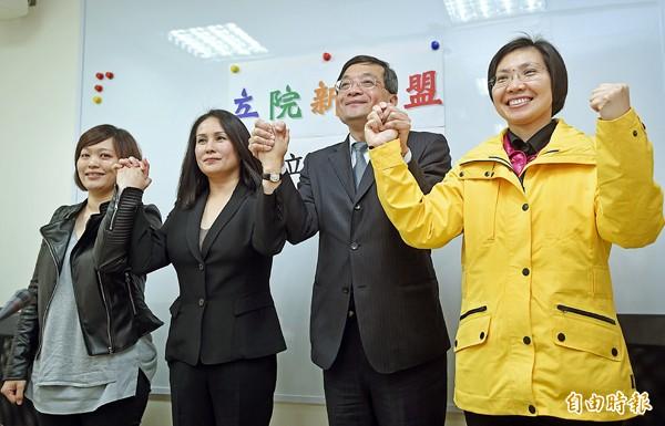 「立院新聯盟」政團24日舉行成立記者會,召集人李桐豪(右二)與政團成員一起亮相。(記者方賓照攝)
