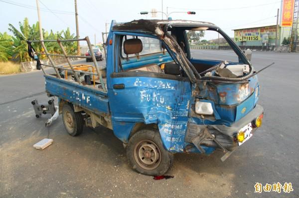 高雄旗山發生死亡車禍,一輛發財車疑左彎未禮讓直行貨車,右側車頭遭撞全毀。(記者陳祐誠攝)